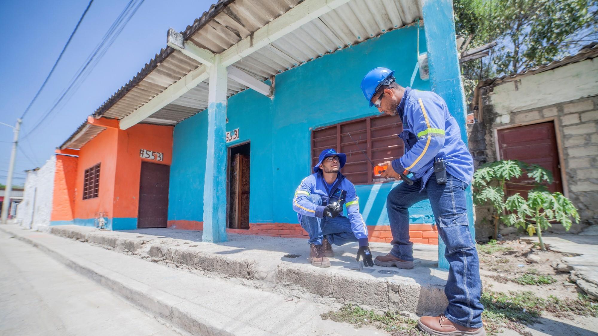 imagen de los empleados de Aguas de Cartagena en campo