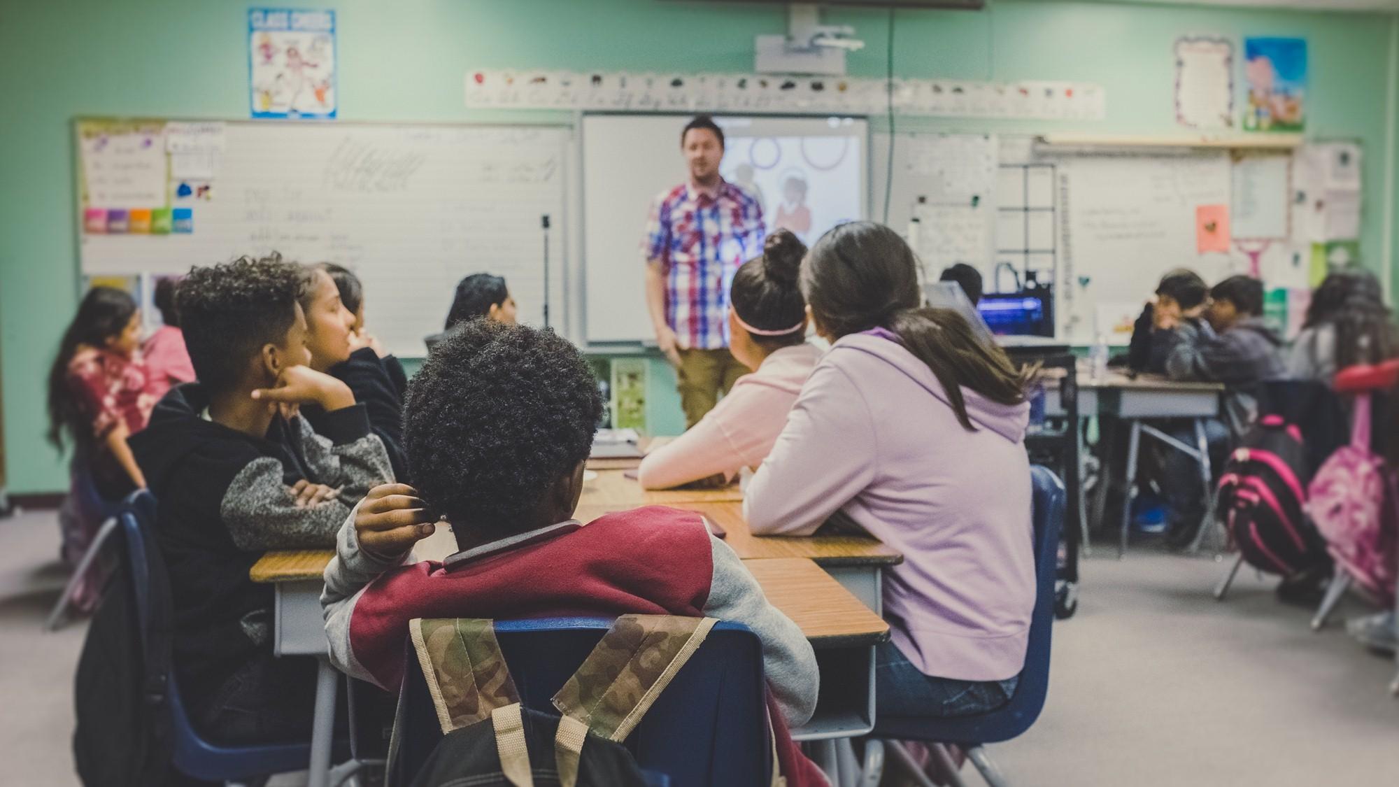 niños en una sala de clase