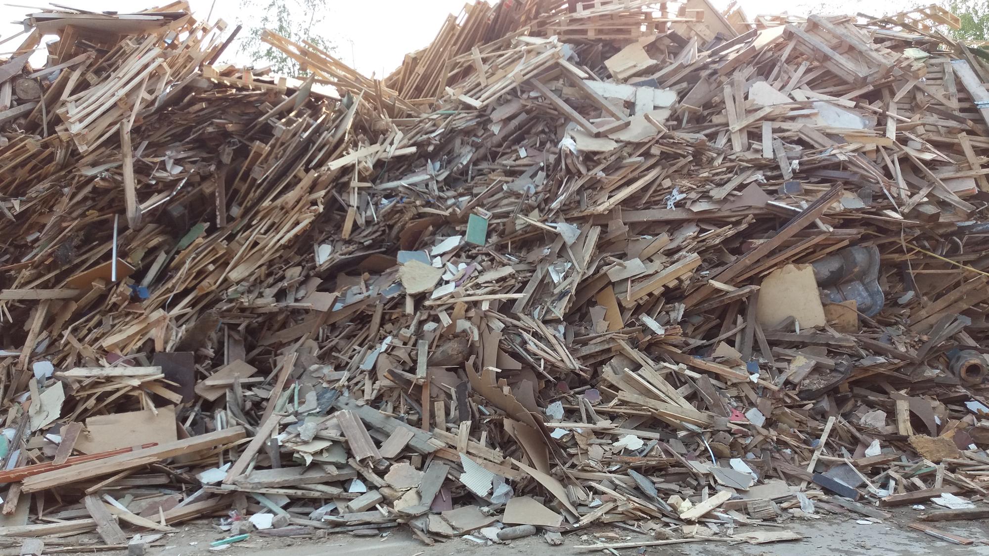 SUEZ en UNILIN gaan samen 80.000 ton recycleerbaar houtafval per jaar redden