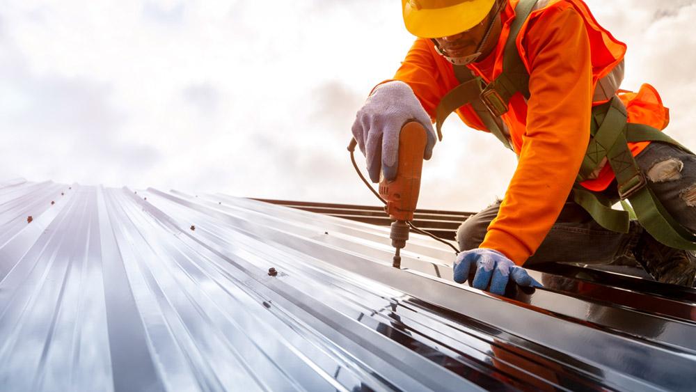 Ouvrier en construction installant une toiture