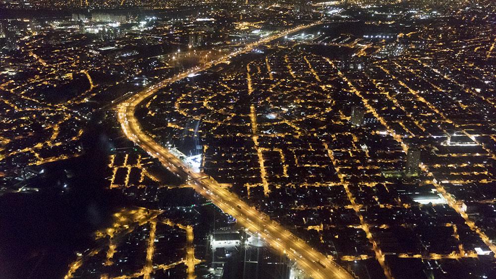 Vue aérienne d'une ville de nuit
