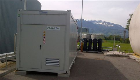 Purifying biogas with membranes