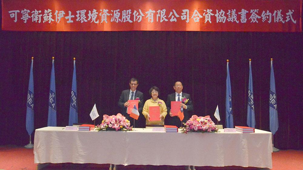 Des représentants de SUEZ NWS, Cleanaway et RSEA signent l'accord pour la création d'une joint-venture Cleanaway SUEZ