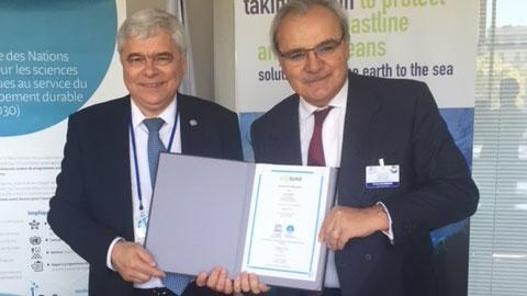 Vladimir Ryabinin, Sous-Directeur général de l'UNESCO et Jean-Louis Chaussade, Directeur Général de SUEZ, ont prolongé jusqu'en 2021 leur collaboration en signant un nouvel accord de partenariat en faveur de la protection des océans