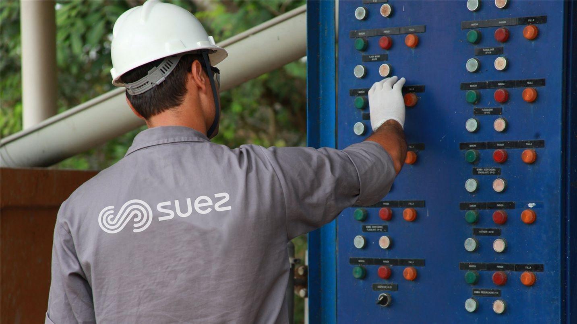Foto de um funcionário trabalhando na planta de reutilização da Vale