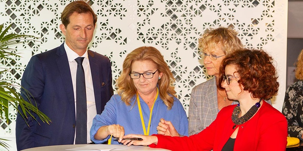 Bertrand Camus, dyrektor generalny SUEZ, europejskie związki zawodowe Grupy oraz Federacje Europejskich Związków Zawodowych podpisały umowę o wzmacnianiu promowania równości płci w sferze zawodowej.