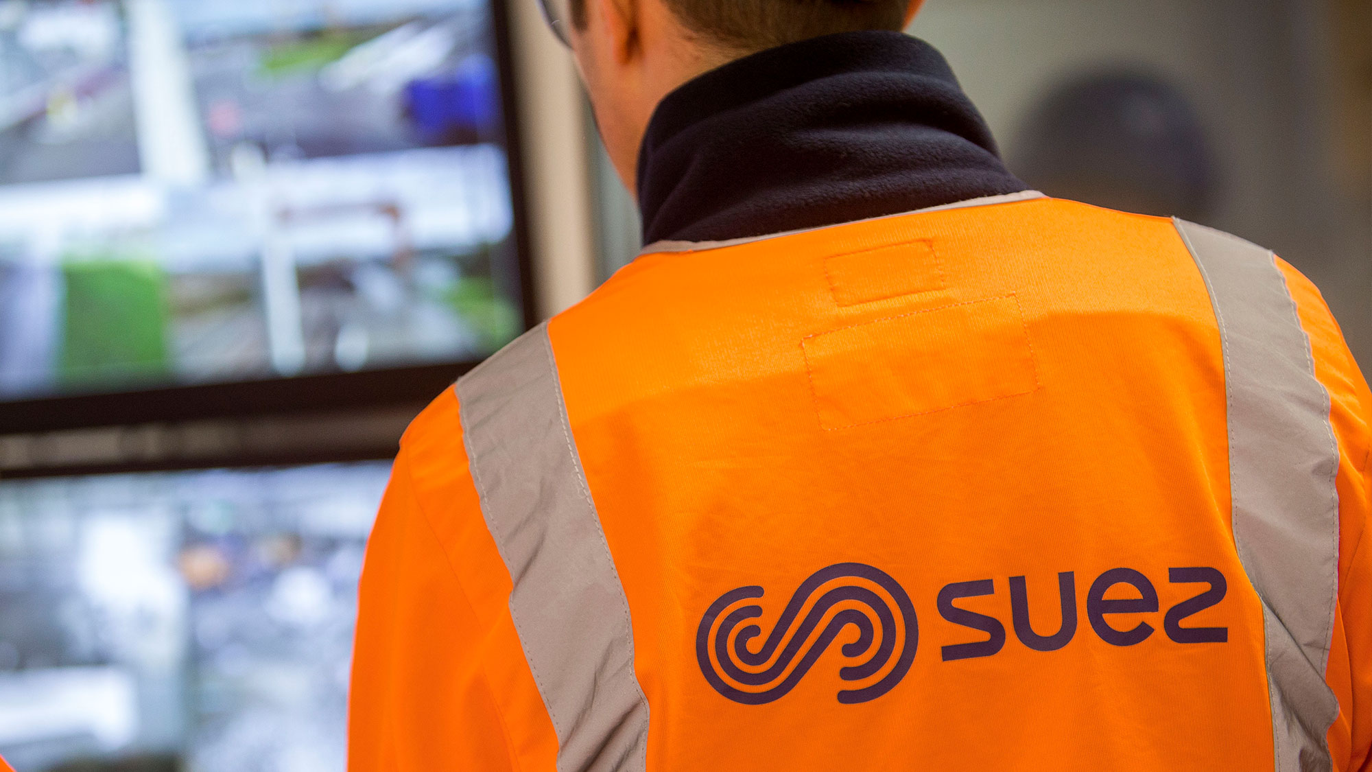SUEZ employee and monitor