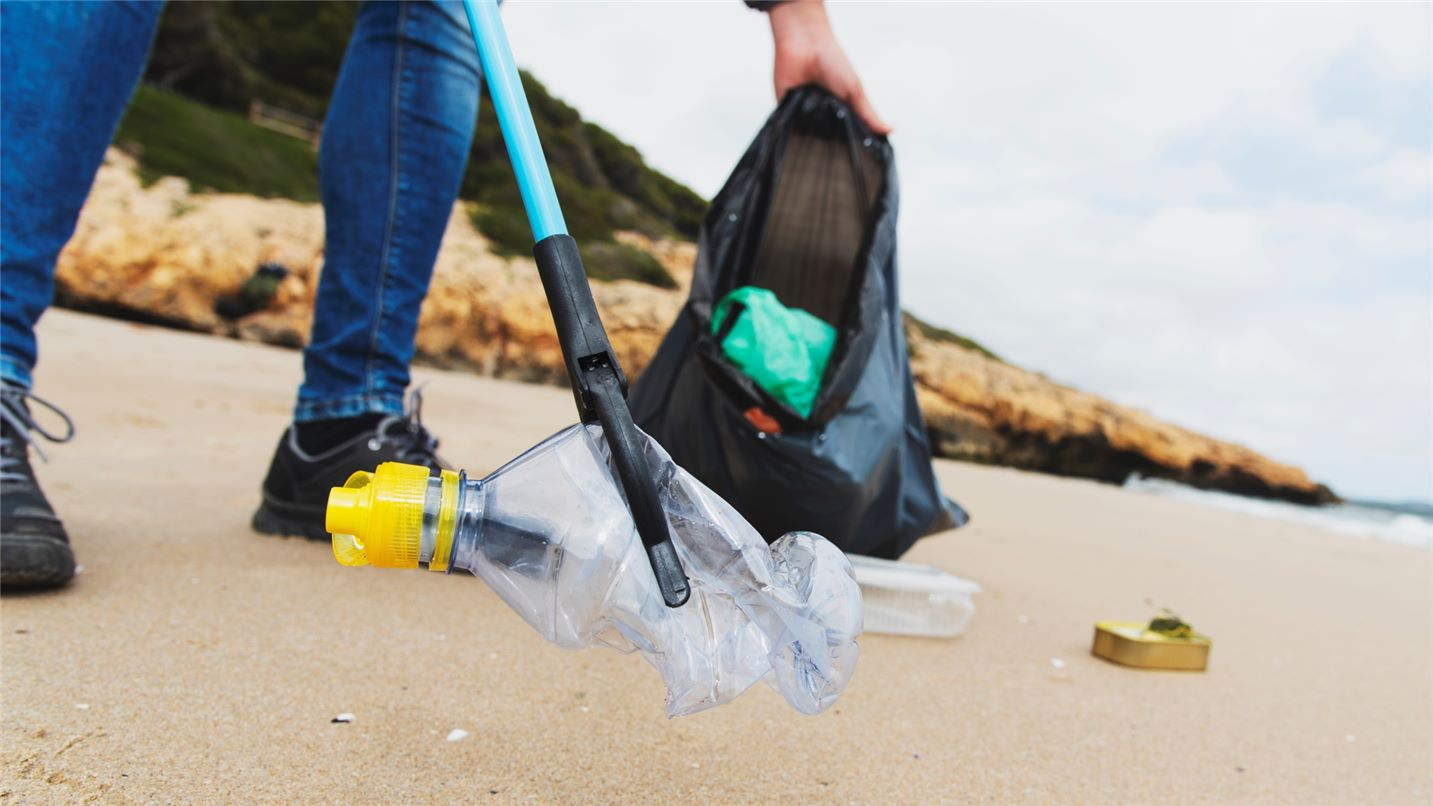 Litter pickers beach 1148788700 UK CW