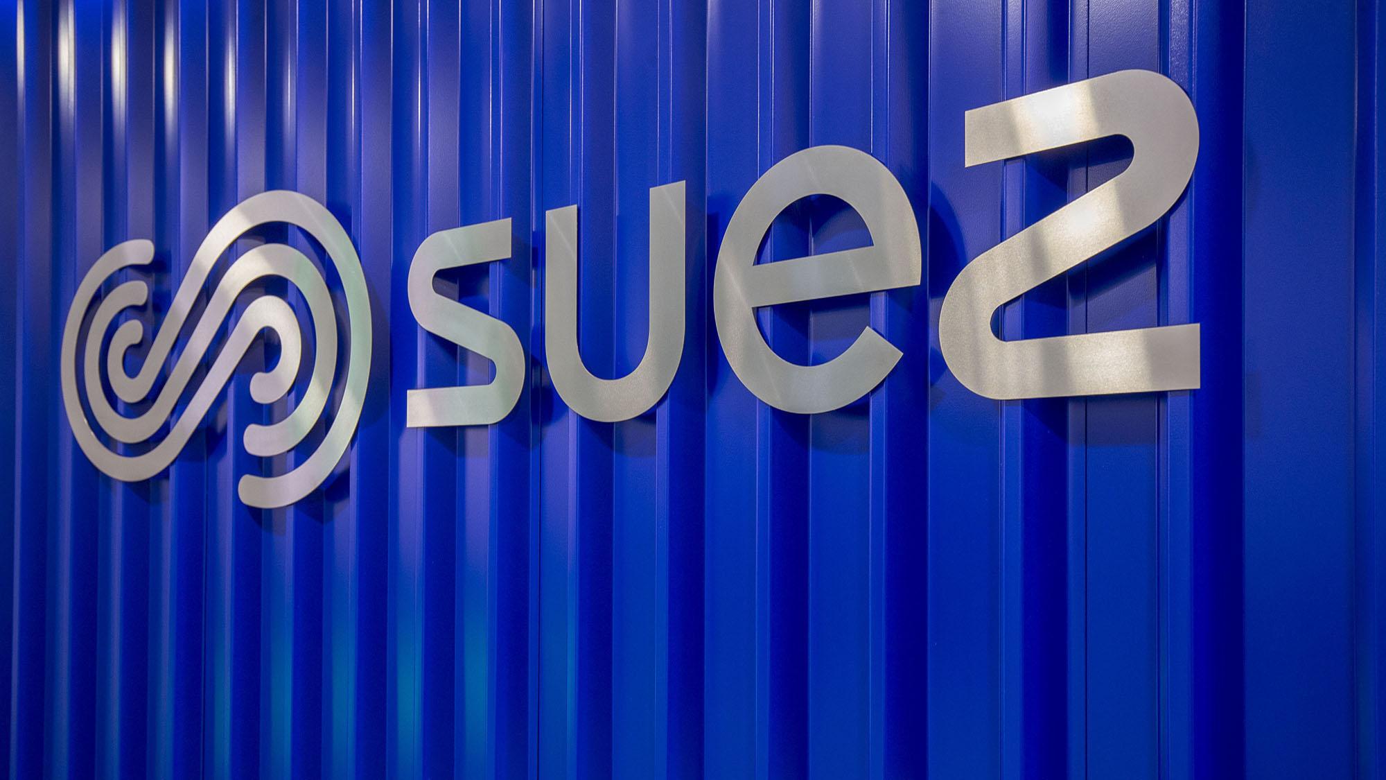 SUEZ logo on wall