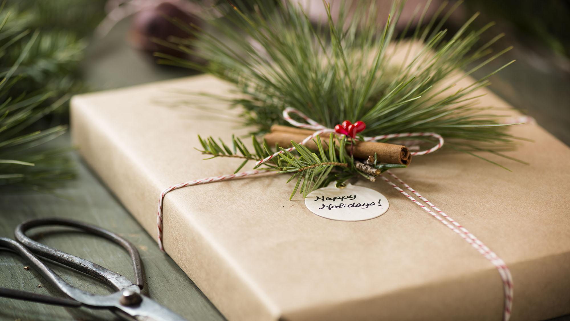 Christmas present 171576258 UK CW